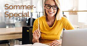 Eine Frau mit Brille und Bleistift lächelt in die Kamera. Sie sitzt vor einem Laptop. In der Ecke kann man Sommer-Special lesen.